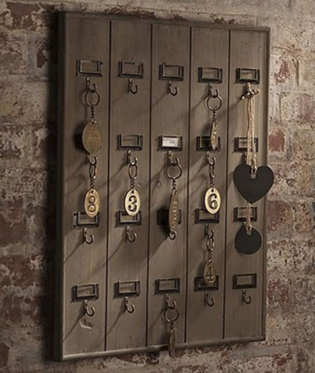 DIY Home Decor Projects: Do you like the look of vintage hotel style key racks like this one? You can make your own for a fraction of the cost of buying one that's already made. Hotel Style Key Rack Tutorial