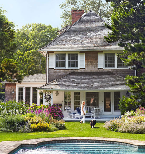 Cottage style homes east hampton home tour the for Hampton style homes